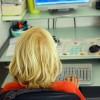 enfant blond jouant au jeux d'ordinateur